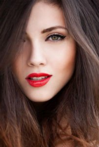 Красная помада русые волосы